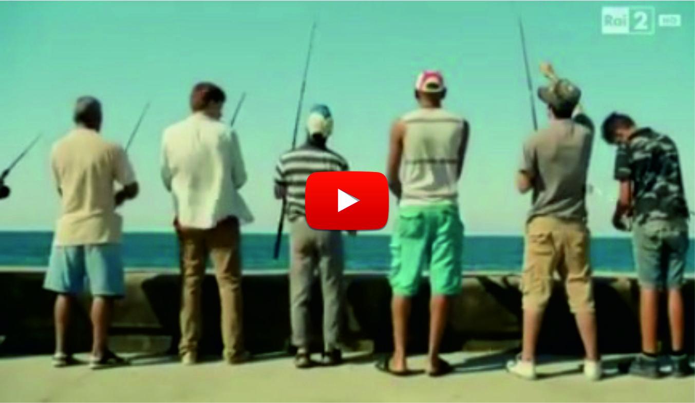 Ще се спукате от СМЯХ! Той се приближи към рибарите! Но вижте по какъв начин им измъкна рибата пред очите и какво направиха те! (ВИДЕО)