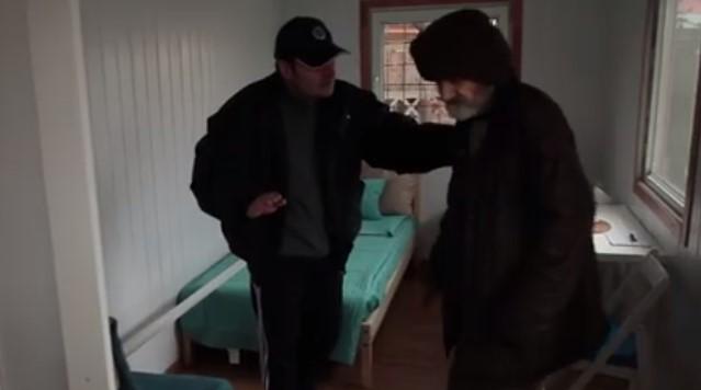 Достойно за уважение! Ето как един бездомен дядо вече има дом, благодарение на тези 2 момчета герои! (ВИДЕО)