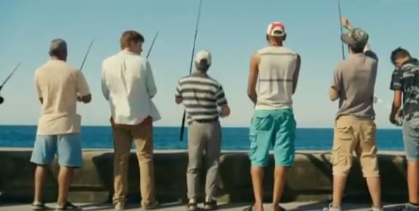 Той се приближи към рибарите. Това, което направи след това, ги остави в недоумение! (ВИДЕО)