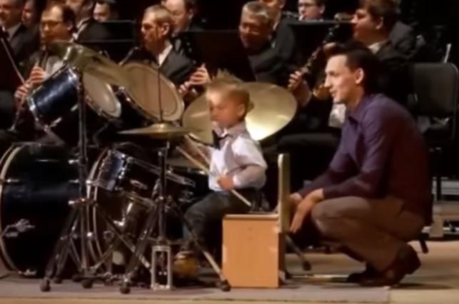 Това 3-годишно дете изправи публиката на крака с изпълнението си! Вижте го само! (ВИДЕО)