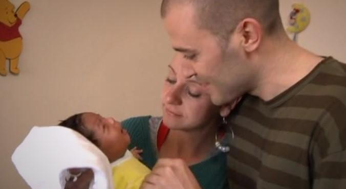 Младо семейство остана страшно изненадано, когато му се роди тъмнокожо бебе. А ето как реагира бащата (ВИДЕО)