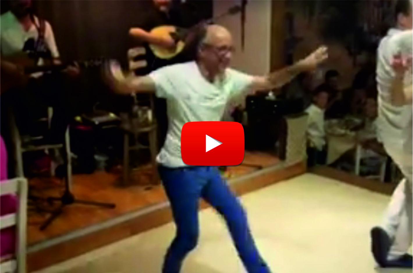 Ще се пръснете от смях! Това видео направи над милион и половина гледания! Вижте този човек какъв танц завъртя! (ВИДЕО)