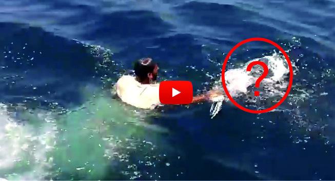 ТРОГАТЕЛНО! Млад мъж от Пакистан се хвърли в морето, когато видя странен плуващ предмет! А какво извади той по-късно…само вижте! (ВИДЕО)
