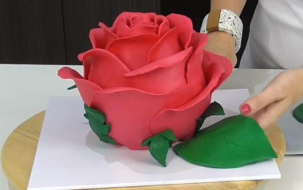 Не можете да си представите какво съдържаше тази торта с формата на роза! (ВИДЕО)