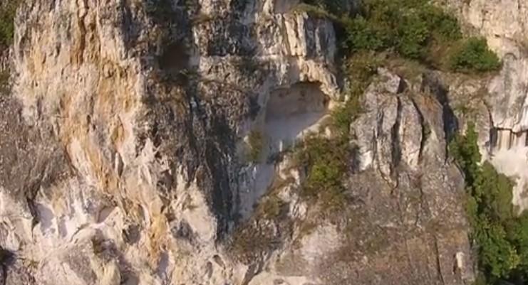Тази българска красота ще ви остави без дъх! Прекрасни кадри с дрон над скалния манастир Св. Димитър Бесарабовски! (ВИДЕО)