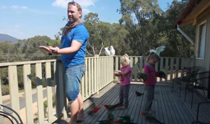 Баща с двете си момичета излязоха на верандата и той подсвирна. Ето какво се появи след сигнала му! (ВИДЕО)