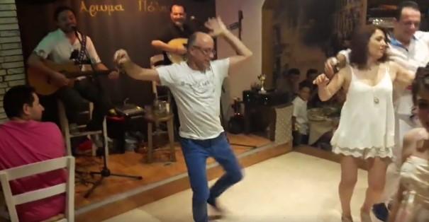 Ще се пръснете от смях! Вижте този човек какъв танц завъртя! (ВИДЕО)