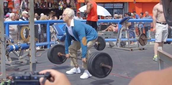 """Ще се посмеете! Този """"дядо"""" направи за смях всички спортисти! Вижте какъв номер им скрои! (ВИДЕО)"""