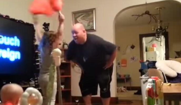 Какво се случи, когато майката постави скрита камера, за да види как бащата се занимава с децата им? Вижте сами! (ВИДЕО)
