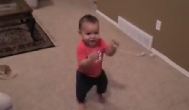 Страхотна гледка! Бебенце на една годинка танцува салса! Трябва да го видите! (ВИДЕО)