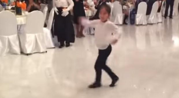 Страхотен талант! Това дете засрами гостите на сватбата и ги разби с невероятно бързите си танцови движения! (ВИДЕО)