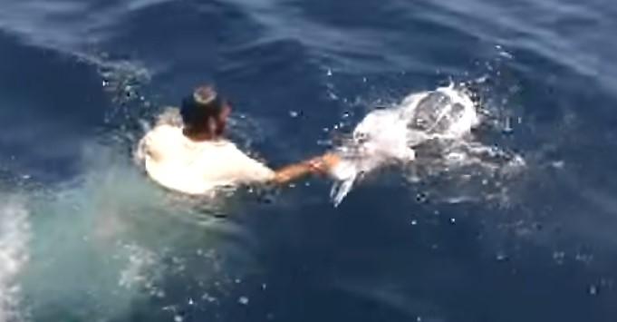 Млад мъж от Пакистан се хвърли в морето, когато видя странен плуващ предмет! А какво извади той по-късно…само вижте! (ВИДЕО)