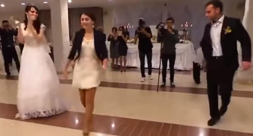 Много ще се забавлявате! На тази сватба танците са страхотни! Но вижте какво стана, когато излезе кумата! (ВИДЕО)