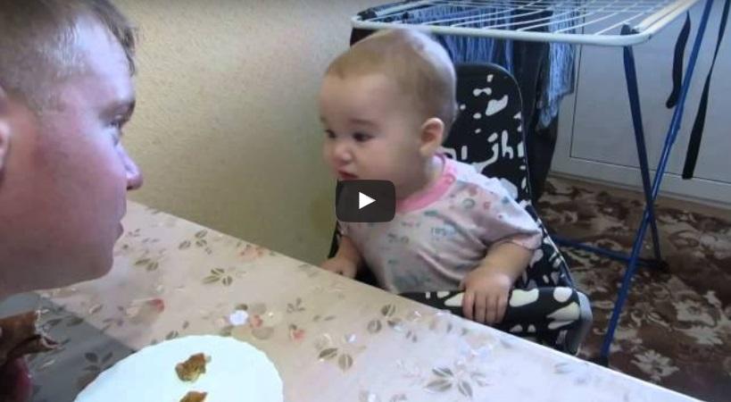 СУПЕР ЗАБАВНО! Бебето още не може добре да говори, но се кара на баща си! ТРЯБВА да го видите просто! (ВИДЕО)