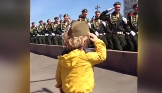 Сладурче! Малко дете отдаваше чест по време на репетиция за парада в Москва. А ето как му отговориха военните! (ВИДЕО)