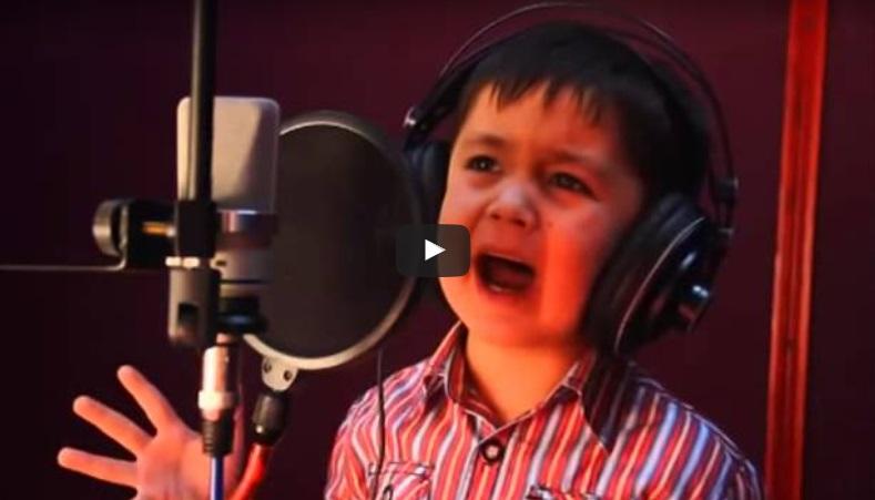 Когато това 4-годишно момченце запя, аз останах с ОТВОРЕНА уста. Вижте и вие това дете-чудо какъв глас извади! (ВИДЕО)