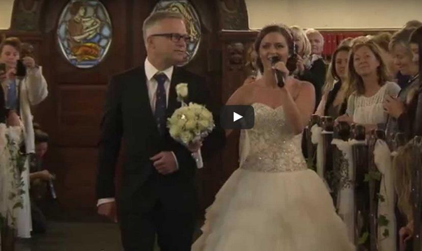 Над 32 МИЛИОНА видяха как булката изненада младоженеца и го остави без ДУМИ! Вижте как отиде до олтара! (ВИДЕО)