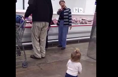 Това момиченце беше САМО на една годинка! Но вижте как ЗАРАДВА всички около себе си в магазина! (ВИДЕО)