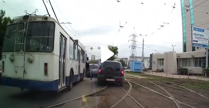 Ако си мислите, че в България шофьорите са лоши, то вижте РУСКИТЕ ПРАВИЛА за движение по пътищата! УНИКАЛНИ ИЗЦЕПКИ! (ВИДЕО)