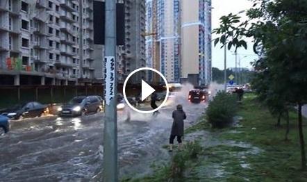 Този човек не се плаши от водата. Вижте за какво използва наводнените улици на Москва! (ВИДЕО)