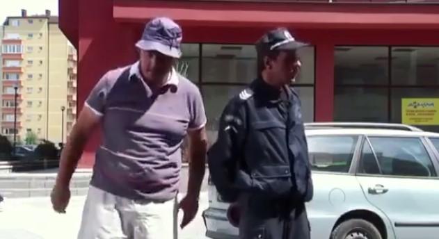 Време е за смях! Полицай спира шофьор, а диалога, който водят двамата, е направен от български музикални компилации! (ВИДЕО)