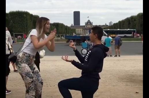 Много е смешно! Ще видите как се прави предложение за брак в Париж! (ВИДЕО)