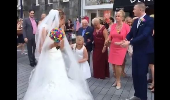 Тази сватба изненада минувачите по улицата с нетрадиционна музика и бурни танци! Вижте колко са свежи! (ВИДЕО)