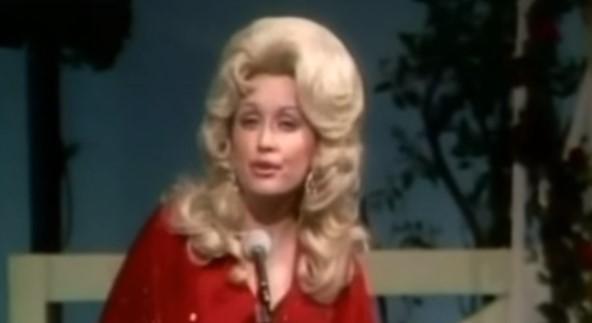 Познахте ли тази песен? Никой от вас не предполага, че оригиналът й е на великата Доли Партън! (ВИДЕО)