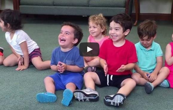 Душички! След всяко изказване на учителката децата се забавляваха! Но забележете какво правеше момченцето в синьо! (ВИДЕО)