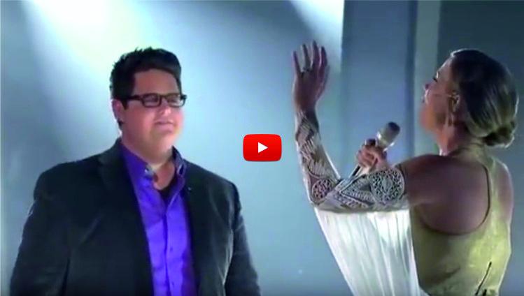 Този мъж се появи на сцената и запя с НЕВЕРОЯТНИЯ си глас. Но когато жената се включи по-късно, публиката изпадна в екстаз! (ВИДЕО)