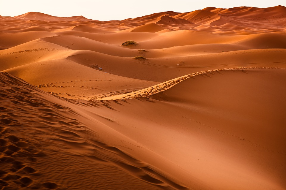 Двама мъже прекосявали голяма пустиня…