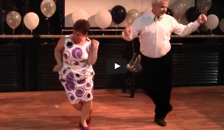 Тази симпатична двойка излезе на дансинга. Но никой не предполагаше какъв танц им бяха приготвили! (ВИДЕО)