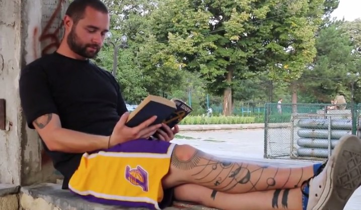 Млад учител впечатли с татуировки – има повече от броя на учениците в класа си! (ВИДЕО)