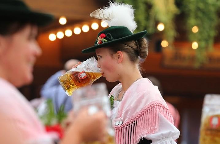 Смут на старта на Октоберфест! Вижте колко струва халба бира в Мюнхен, феновете на пивото са гневни