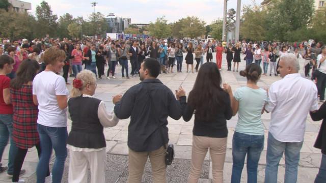 Българското хоро победи! Чиновници клекнаха пред ентусиазма и любовта на хората към фолклора и традициите (ВИДЕО)