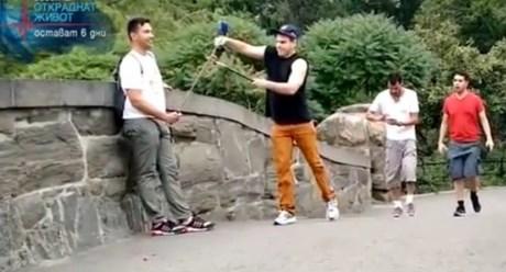 Тотален хит – обявиха война на селфитата: Мъж побърка туристите в Ню Йорк (ВИДЕО)