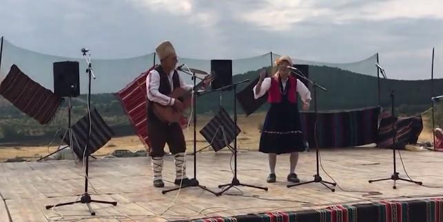 """Национална гордост! Японка изпя """"Македонско девойче"""" насред Хисаря! (ВИДЕО)"""