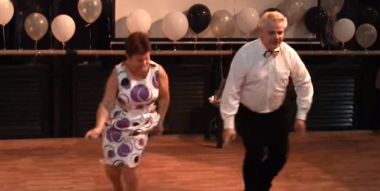 Тази симпатична двойка излезе на дансинга. Но никой не предполагаше какъв танц им бяха приготвили (ВИДЕО)