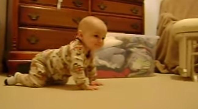 Куче се приближи към малко бебенце! Майка му беше сложила скрита камера. Изненадата беше голяма, когато кучето видя бебето! (ВИДЕО)