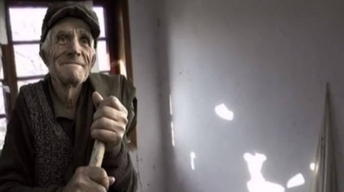 Видео, което разкрива как живее старец в България. Задължително го вижте!
