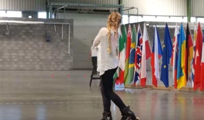 Ще ви се завие свят! Това 11 годишно момиче направи страхотно съчетание, благодарение на своите ролери! Само я вижте! (ВИДЕО)