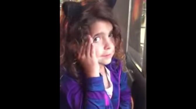 Браво! Това малко момиче се лиши от вечерята си, за да я даде на човек, който имаше по-голяма нужда от нея! (ВИДЕО)