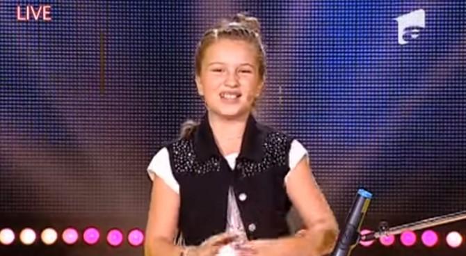 Това момиче направи чудеса с помощта на обикновена картонена чаша. Но всички онемяха, когато започна да пее! (ВИДЕО)