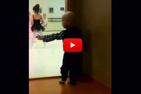 Това детенце се беше скрило и гледаше балета зад вратата. Само вижте как започна да имитира момичетата! (ВИДЕО)