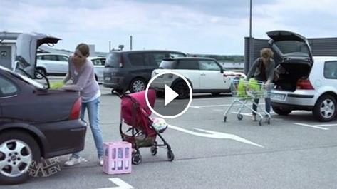 НЕВЕРОЯТНО! Майка товари бебешка количка в багажника на колата си…Но какво стана с бебето в нея? (ВИДЕО)