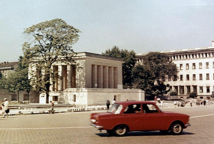 Мавзолеят на Георги Димитров бе разрушен за 7 дни, а строежът му отне само 6. Вижте защо (ВИДЕО)