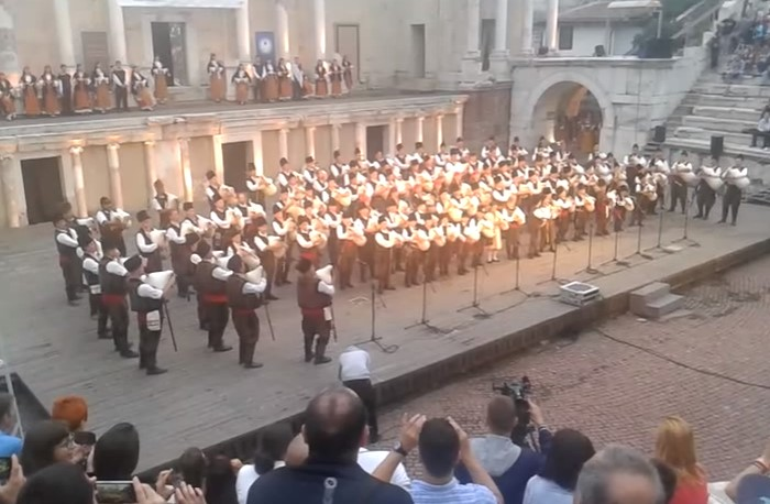 Всеки българин трябва да почувства и види това видео! 101 каба гайди огласиха Античния театър (ВИДЕО)