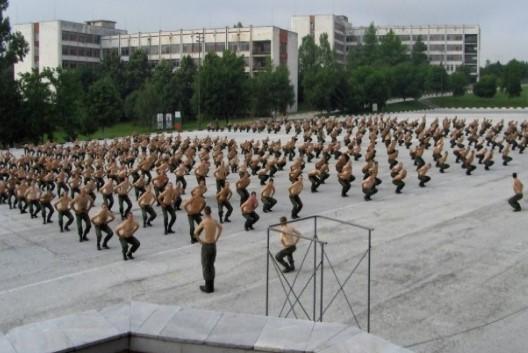 Спомен от казармата. Войници правят физзарядка. Познахте ли поделението?