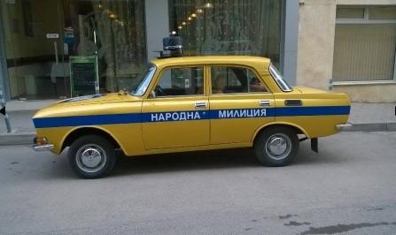 """""""Москвич"""" със синя лампа и надпис """"народна милиция"""" обира овациите на минувачи. Вижте кой кара съветския ветеран (СНИМКИ)"""