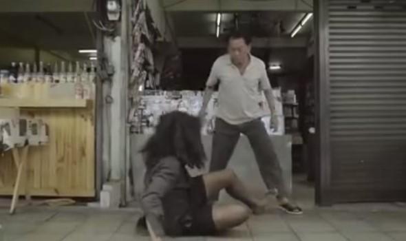 История, която просълзява! Той гонеше и биеше бездомник, спящ пред магазина му. Записите от камерите обаче го потресоха (ВИДЕО)